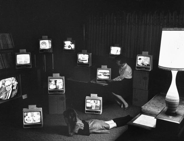 """Những chiếc TV dùng """"ăng-ten râu"""" đặt trong một phòng trưng bày thiết bị điện tử. Ảnh chụp ở thành phố Elmira, bang New York, Mỹ, hồi năm 1966."""