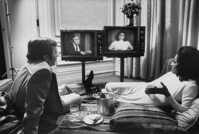 Nữ diễn viên Diahann Carroll và nhà báo David Frost cùng theo dõi hình ảnh bản thân xuất hiện trong những talk show khác nhau.