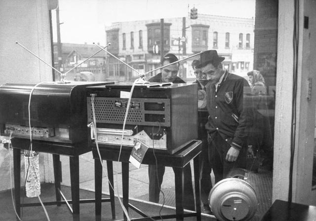 Những người đàn ông tập trung trước một cửa tiệm ở bang Pennsylvania để xem chương trình truyền hình đang phát trên những chiếc TV hàng mẫu. Ảnh chụp năm 1948.