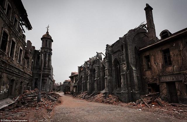 Những con phố hoang tàn như thế này được dựng lên một cách kỳ công bên trong phim trường rộng lớn của Mosfilm.