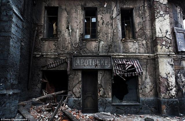 Một thị trấn tan hoang đầy ám ảnh là những gì người ta cảm nhận thấy khi đến thăm một phim trường chuyên dành để quay những cảnh chiến tranh, bom rơi, nhà đổ của Mosfilm.