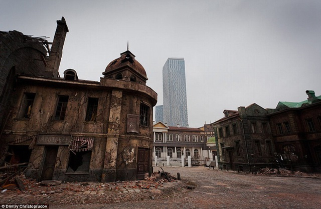 Ở đoạn cuối của phim trường, nếu đoàn phim nào muốn khi hình ở khu vực này sẽ cần phải sử dụng kỹ xảo để xóa đi tòa nhà cao tầng xuất hiện ở hậu cảnh.