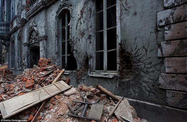 Những mảng tường loang lổ dấu tích chiến tranh.