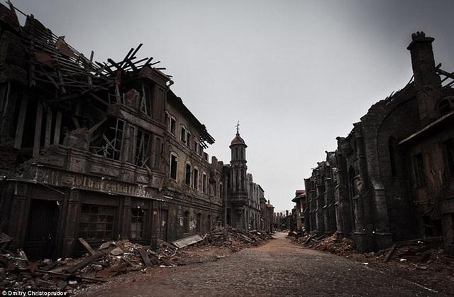 Không chỉ có những ô cửa kính vỡ vụn, những tòa nhà nằm trong phim trường còn như thể bị trúng bom, trơ cả xà rầm.