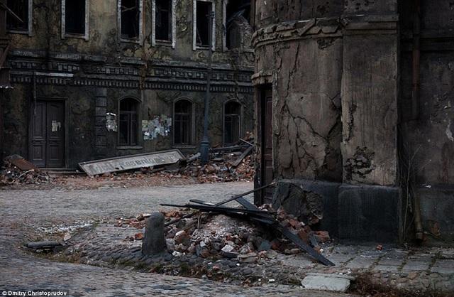 Những con đường lát đá xưa cũ, những đống gạch vụn, những tòa nhà chứa đầy dấu tích bom đạn…
