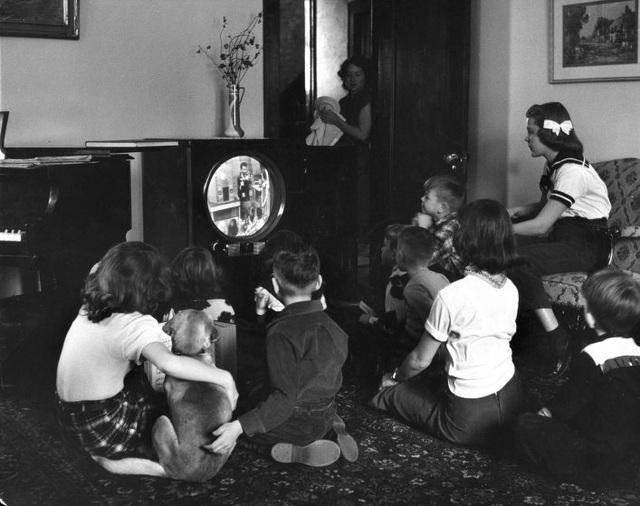 Những đứa trẻ ngồi xem TV chăm chú. Ảnh chụp năm 1951.