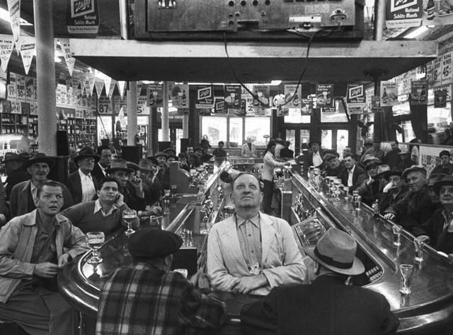 Những người đàn ông tập trung tại một quán bar ở Chicago để cùng xem một trận đấu bóng chày. Ảnh chụp hồi năm 1952.