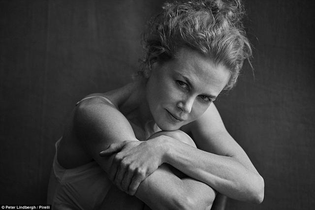"""Một bức ảnh đẹp chân thực nhưng không kém phần gợi cảm của nữ diễn viên """"thiên nga Úc"""" Nicole Kidman (49 tuổi). Kidman mặc một chiếc áo mỏng màu trắng, ngồi bó gối, tóc búi xù. Đối với Kidman, nữ quyền chính là sự dũng cảm khi được là chính mình."""