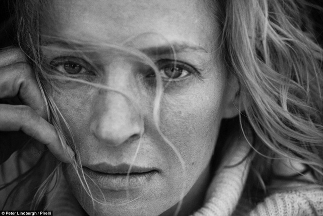 """Nữ diễn viên """"Kill Bill"""" Uma Thurman (46 tuổi) và ánh nhìn đầy ám ảnh dõi thẳng vào ống kính. Góc chụp cận cảnh cho thấy vẻ đẹp tự nhiên của cô. Chia sẻ về bức hình của mình, Uma Thurman giải thích: """"Nhiếp ảnh gia Peter Lindbergh muốn giải phóng phụ nữ khỏi những chuẩn mực nhan sắc giả tạo""""."""