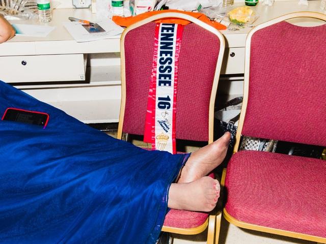 Một cụ già tranh thủ nằm nghỉ bên trong hậu trường cuộc thi.