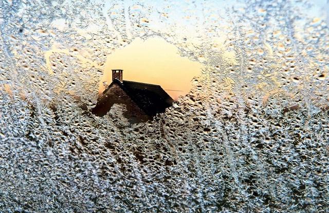 Một ô cửa sổ bao phủ bởi sương giá ở xã Godewaersvelde, miền bắc nước Pháp.