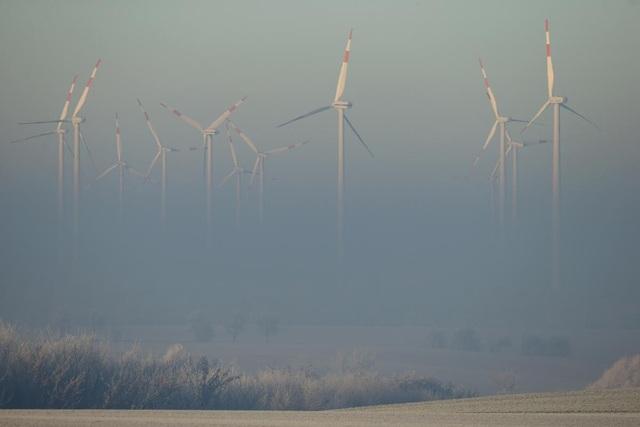 Những tua-bin chạy bằng sức gió vươn lên khỏi lớp sương mù dày đặc trong buổi sáng sớm ở đô thị Irxleben, Đức.