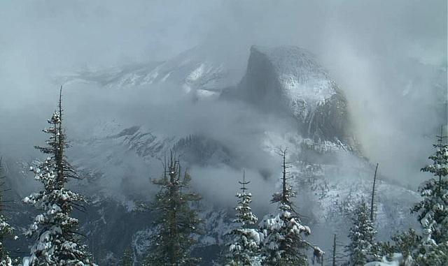 Quang cảnh bên trong khu bảo tồn Yosemite, bang California, Mỹ, cho thấy núi Sentinel Dome chìm khuất trong cơn bão tuyết.