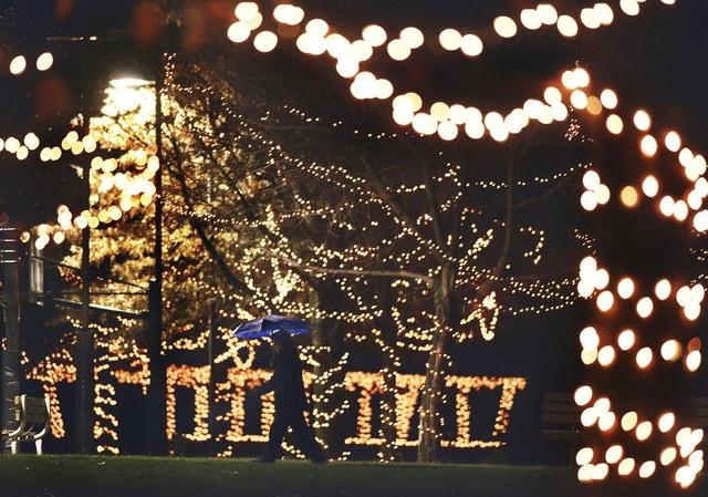 Người phụ nữ bước đi giữa những trang hoàng đường phố đón Giáng sinh ở thị trấn Chinchilla, bang Pennsylvania, Mỹ.