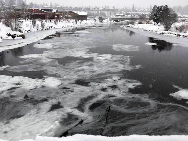 Những vệt băng bắt đầu đầu hình thành trên sông Deschutes ở bang Oregon, Mỹ.