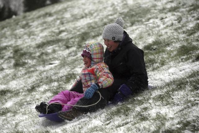 Hai mẹ con đi xe trượt tuyết trong công viên Gabriel ở thành phố Portland, Mỹ.