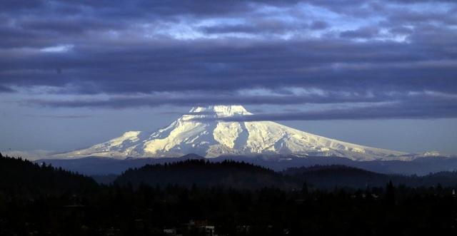 Núi Hood ở bang Oregon, Mỹ, được phủ một lớp áo mới trắng xóa.