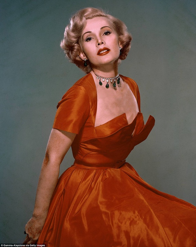 Zsa Zsa Gabor đã qua đời vì một cơn đau tim vào ngày chủ nhật vừa qua. Bức ảnh được chụp hồi thập niên 1950 cho thấy nhan sắc ấn tượng của bà thời trẻ.