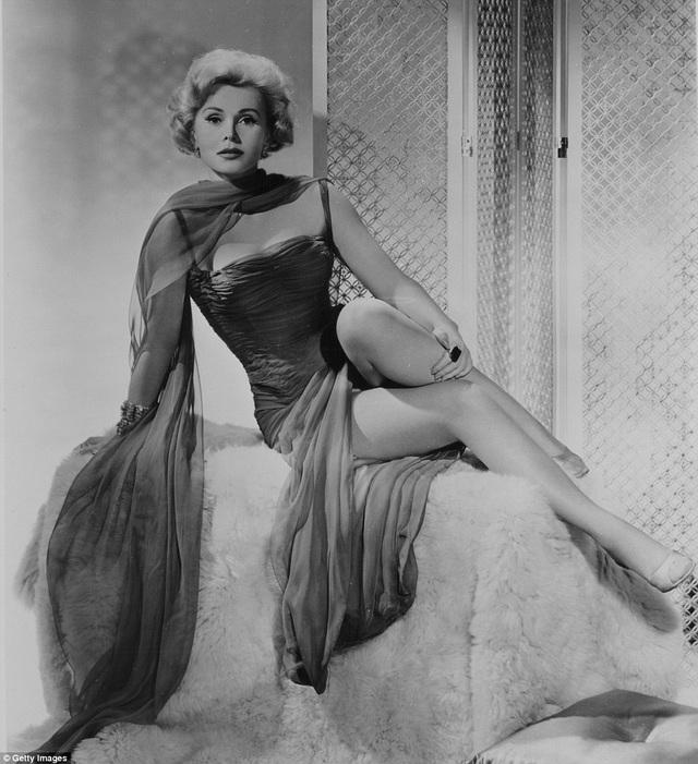 """Zsa Zsa Gabor với vẻ đẹp gợi cảm và những phát ngôn táo bạo, được xem là một """"biểu tượng sex"""" của màn bạc hồi thập niên 1950. Sau thời kỳ hoàng kim của Zsa Zsa Gabor là sự xuất hiện của Marilyn Monroe."""