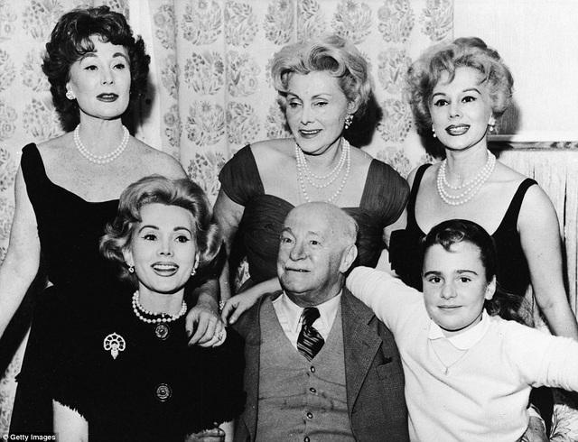 Zsa Zsa Gabor (hàng dưới, ngoài cùng bên trái) trong một bức ảnh gia đình chụp với bố mẹ và hai em gái. Cô bé xuất hiện trong ảnh là Francesca Hilton (1947-2015) - người con duy nhất trong cuộc đời Zsa Zsa. Cha của cô bé là ông chủ khách sạn - Conrad Hilton - người chồng thứ hai trong cuộc đời Zsa Zsa.