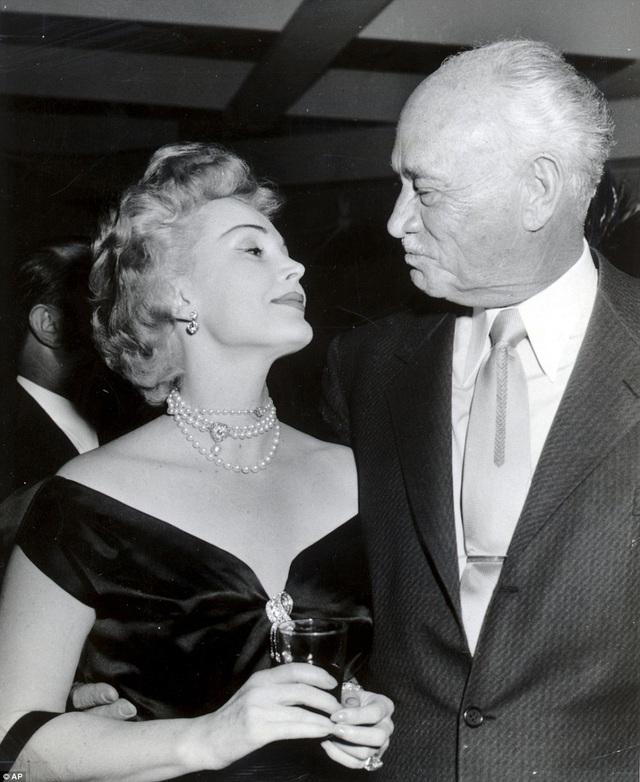 Ngay năm sau, bà kết hôn với ông chủ khách sạn - Conrad Hilton. Họ ly hôn sau 5 năm chung sống. Gabor có một người con duy nhất trong đời - Francesca - từ cuộc hôn nhân này. Francesca đã qua đời năm 2015 ở tuổi 68.