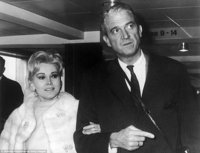 Bà kết hôn với người đàn ông có tên Joshua Cosden Jr. ngay năm 1966 và ly hôn năm… 1967.