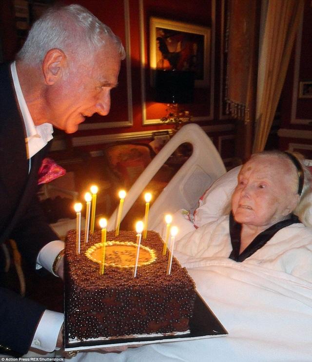 Người chồng thứ 9 của Gabor tổ chức sinh nhật lần thứ 95 cho bà hồi năm 2012.