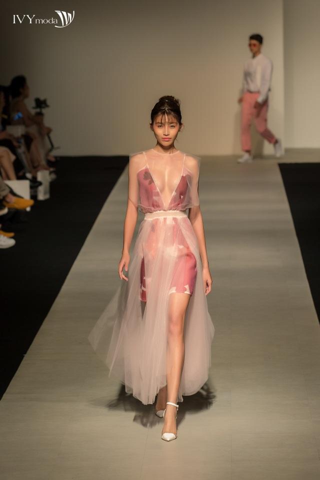 """Không chỉ gây bão trên sàn diễn thời trang, những thiết kế trong BST của IVY moda chắc chắn sẽ còn """"làm mưa làm gió"""", càn quét từng ngõ ngách của cuộc sống, mang phái đẹp """"chạm"""" được vào những xu hướng đang dẫn đầu trên thế giới!"""