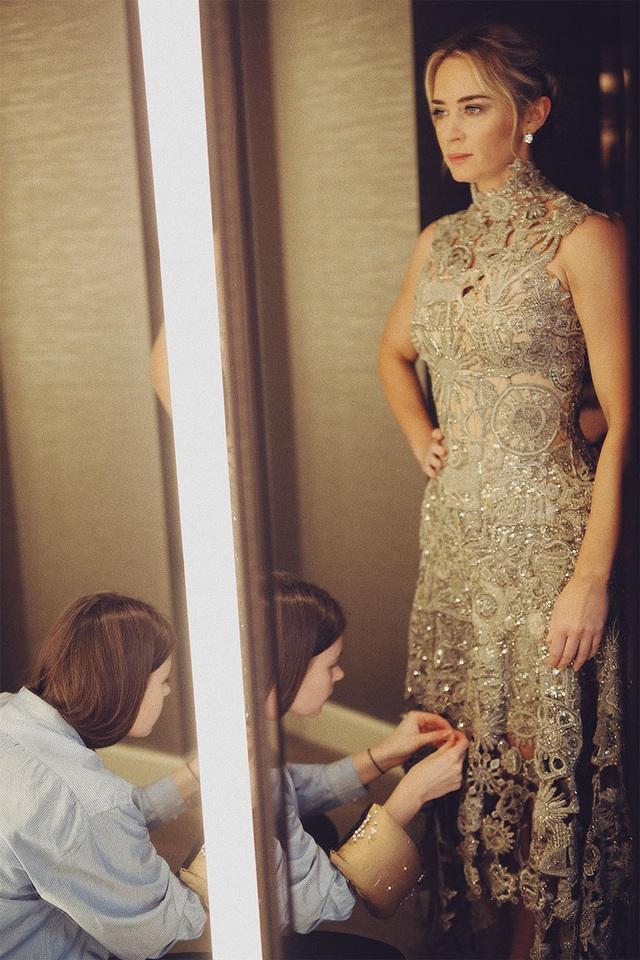 Câu chuyện đằng sau chiếc váy của Emily Blunt tại Quả Cầu Vàng 2019 - Ảnh 2.