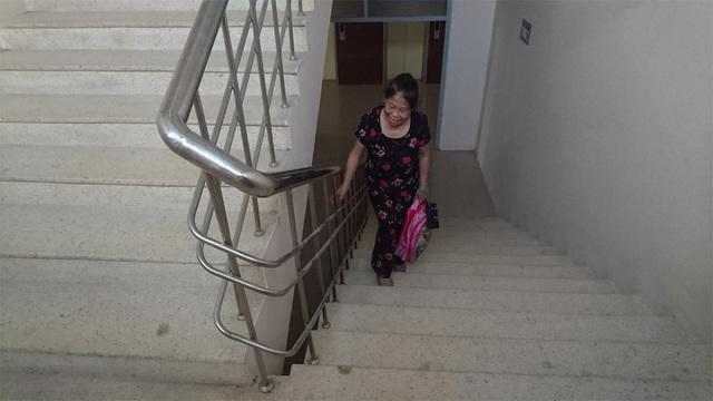 Cư dân tòa nhà tái định cư CC2 nhiều ngày nay rất vất vả phải leo cầu thang bộ lên căn hộ của mình, nhất là trẻ em và người già.