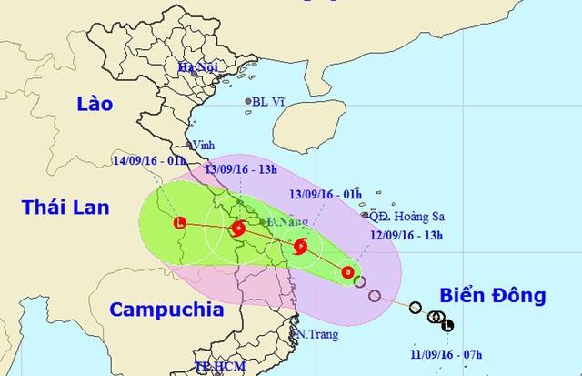 Vị trí và hướng di chuyển của áp thấp nhiệt đới lúc 14h30. Lưu ý: Vùng màu xanh lá cây là sai số dự báo của bão theo các hạn dự báo, dự báo hạn càng dài sai số sẽ lớn hơn. Vùng màu hồng là vùng cảnh báo nguy hiểm, cho biết lần lượt là khu vực cảnh báo gió mạnh lớn hơn cấp 6.