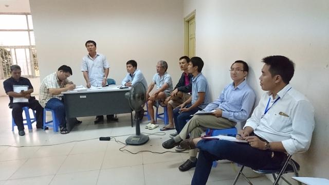 Ông Chử Văn Tráng (đứng) trả lời những thắc mắc của các hộ dân tại cuộc họp chiều 12/9.