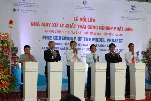 Các đại biểu ấn nút khởi động, chính thức nổi lửa Nhà máy xử lý chất thải công nghiệp phát điện.