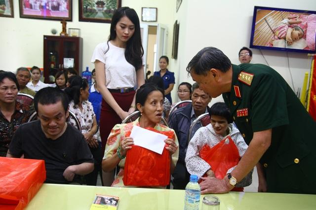 Thượng tướng Nguyễn Văn Rinh - Chủ tịch VAVA trao quà cho nạn nhân tại buổi phát động chương trình trình Chung tay xoa dịu nỗi đau da cam năm 2013.