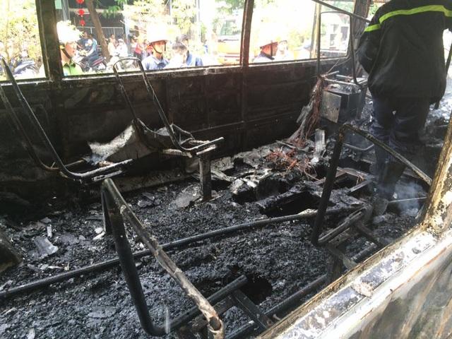 Nội thất bên trong xe buýt bị thiêu cháy hoàn toàn.