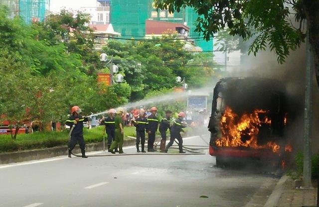 Ngay khi có mặt tại hiện trường, lực lượng PCCC đã nhanh chóng tổ chức dập lửa.