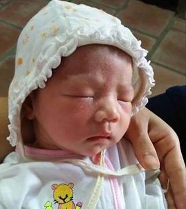 Bé gái sơ sinh bị bỏ rơi tại chùa Phú Nhi (Ảnh: Người dân cung cấp).
