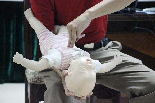 Dùng 3 ngón tay ép mạnh 5 lần ở giữa xương ức và đường ngang qua 2 núm vú của trẻ.
