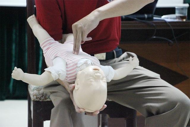 Cách sơ cứu cực kỳ đơn giản khi trẻ nhỏ bị dị vật đường thở - 6