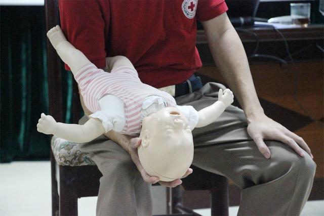 Nếu dị vật vẫn chưa ra khỏi đường thở, tiếp tục cho trẻ nằm ngửa lên để chuẩn bị thực hiện phương pháp ép ngực.