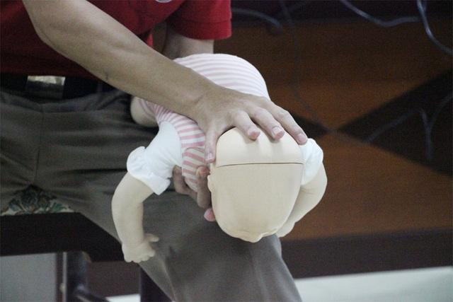 Cách sơ cứu cực kỳ đơn giản khi trẻ nhỏ bị dị vật đường thở - 4