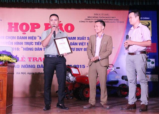 """Tác giả Trần Dũng (bìa trái) đoạt giải Nhất với tác phẩm """"Máy nông nghiệp 12 trong 1 made in Tạ Đình Huy""""."""