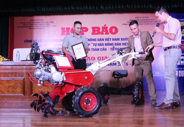 Anh Tạ Đình Huy, 34 tuổi, ở Chương Mỹ - Hà Nội (giữa) với chiếc máy nông nghiệp 12 trong 1.