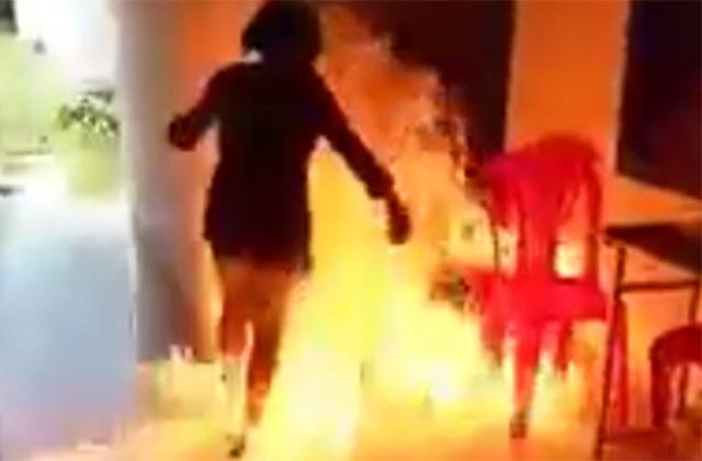 Hình ảnh em T. khi thực hiện dùng xăng đốt trường, không chạy kịp nên chính mình bị bỏng (Ảnh cắt từ clip).