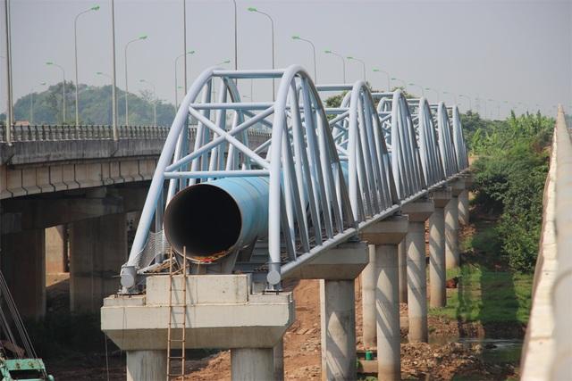 Vị trí lắp đặt ống thép qua sông Đáy (Quốc Oai - Hà Nội) của Dự án đường nước sông Đà số 2.