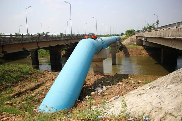 Một đoạn tuyến ống thép của Dự án đường ống dẫn nước số 2 qua sông Tích.