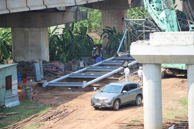 Công nhân đang tiến hành thi công đoạn ống thép vượt sông Đáy của Dự án đường nước sạch sông Đà 2.