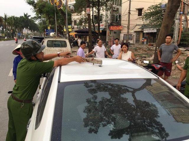 Lực lượng công an có mặt tại hiện trường, lấy đoạn sắt trên nóc ô tô gặp nạn.