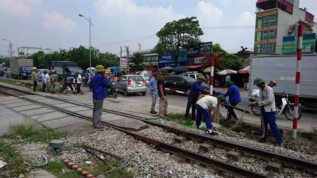 Công nhân đang khắc phục sự cố sau vụ tai nạn nghiêm trọng sáng nay.