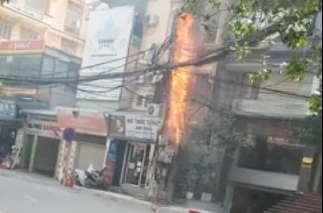Cột điện bất ngờ bốc cháy dữ dội giữa trưa.